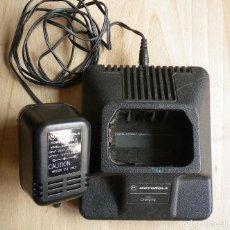 Radios antiguas: BASE CARGADOR PARA RADIOTELÉFONO MOTOROLA CON ALIMENTADOR. Lote 203789266