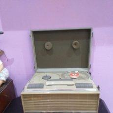 Radios antiguas: ANTIGUO MAGNETÓFONO PORTÁTIL CON LLEVE Y CABLES - VER IMÁGENES. Lote 206989646