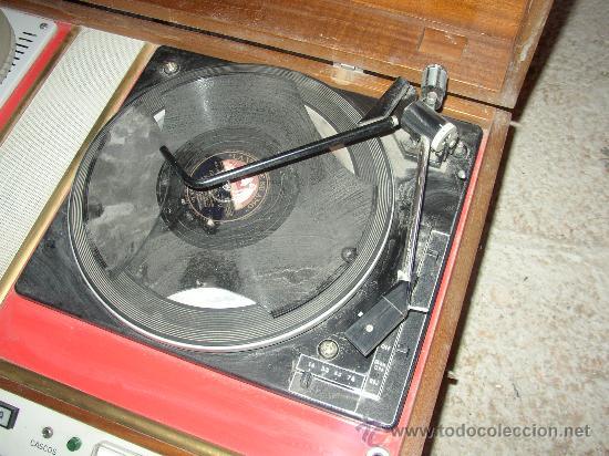Fonógrafos y grabadoras de válvulas: Antiguo aparato compuesto por radio, tocadiscos y magnetofono. Todo ello en un mueble. - Foto 2 - 25643785