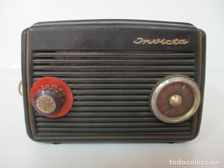 ANTIGUA RADIO MINIATURA - MARCA INVICTA - MODELO 4213 - EN BAQUELITA (Radios, Gramófonos, Grabadoras y Otros - Fonógrafos y Grabadoras de Válvulas)