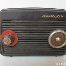 Fonógrafos y grabadoras de válvulas: ANTIGUA RADIO MINIATURA - MARCA INVICTA - MODELO 4213 - EN BAQUELITA. Lote 155771262
