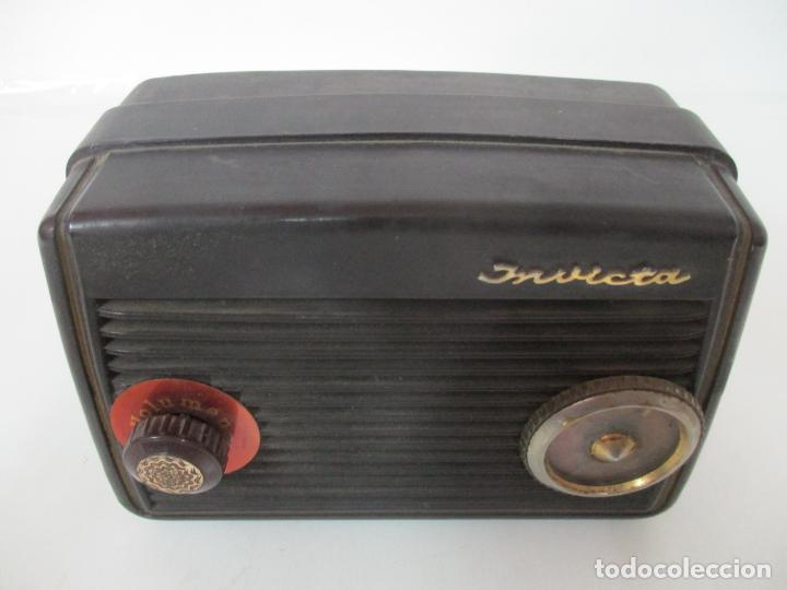 Fonógrafos y grabadoras de válvulas: Antigua Radio Miniatura - Marca Invicta - Modelo 4213 - en Baquelita - Foto 2 - 155771262