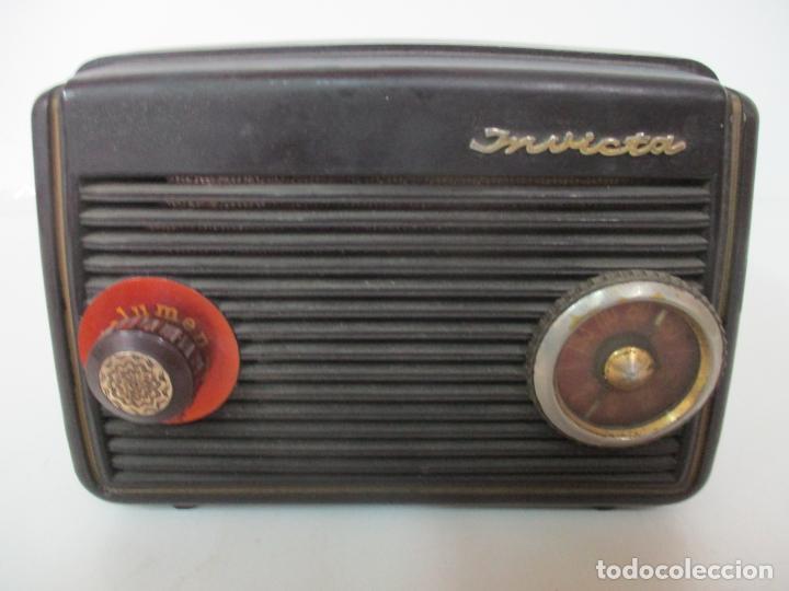 Fonógrafos y grabadoras de válvulas: Antigua Radio Miniatura - Marca Invicta - Modelo 4213 - en Baquelita - Foto 3 - 155771262