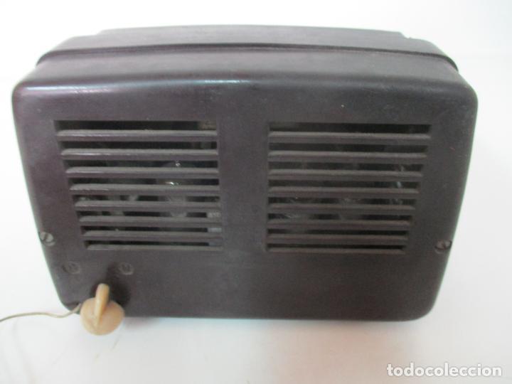 Fonógrafos y grabadoras de válvulas: Antigua Radio Miniatura - Marca Invicta - Modelo 4213 - en Baquelita - Foto 8 - 155771262