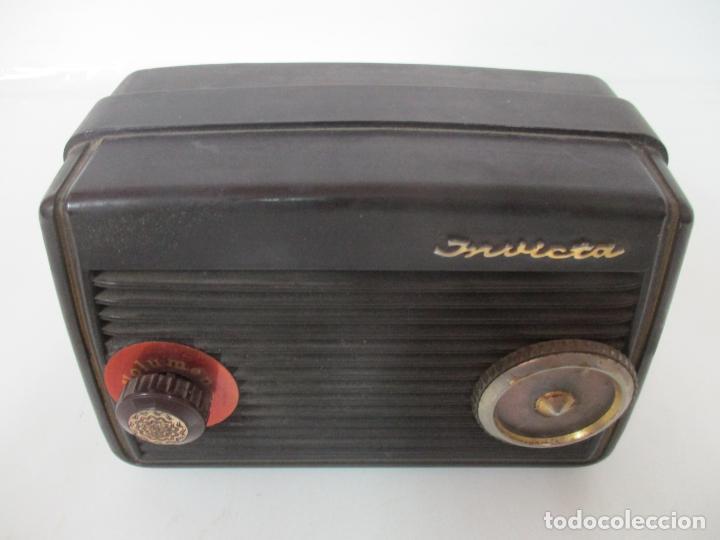 Fonógrafos y grabadoras de válvulas: Antigua Radio Miniatura - Marca Invicta - Modelo 4213 - en Baquelita - Foto 14 - 155771262