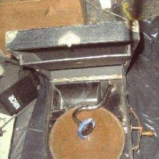 Gramófonos y gramolas: GRAMOFONO DE MALETA DE LA MARCA APOLLO. Lote 26830744