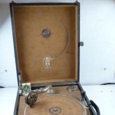 Gramófonos y gramolas: GRAMOLA DE MALETA. DESCONOZCO SI FUNCIONA. TAMAÑO MALETA: 41 CM DE ANCHO X 34 DE ALTO X 16 DE FONDO. Lote 27230654