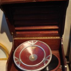 Gramófonos y gramolas: GRAMOFONO ANTIGUO EN CAJA DE MADERA -CURIOSO EJEMPLAR. Lote 26046409