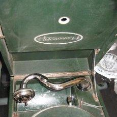 Gramófonos y gramolas: GRAMOLA DE MALETIN VERDE. ARMONICA. AÑOS 1930 - 40. MIDE 30 X 41 X 15 CM. FUNCIONA, .. Lote 14472509