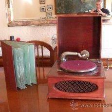 Gramófonos y gramolas: BONITO GRAMOFONO PATHE CON ALBUM DE DISCOS,LA VOZ DE SU AMO. Lote 30806480