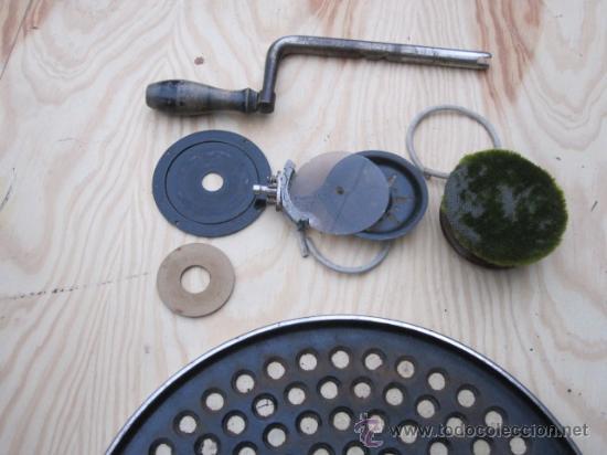 Gramófonos y gramolas: ANTIGUO GRAMOFONO DE MALETIN MARCA RESONAPHON - MAL CABEZA Y NO RETIENE LA TENSION DE LA CUERDA - Foto 6 - 33680028