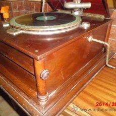 Gramófonos y gramolas: GRAMOFONO DE MUEGLE DE SOBREMESA EN MADERA DE ROBLE, FUNCIONANDO . Lote 36964432