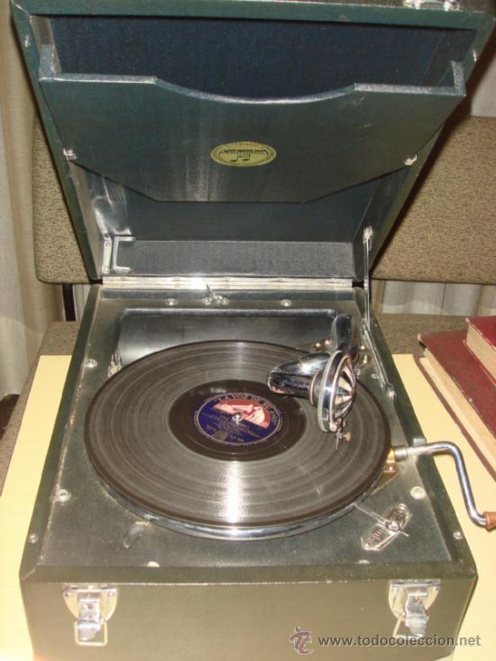 ANTIGUA GRAMOLA DE MALETA. MARCA COLUMBIA. C.1940. CON 4 DISCOS Y 10AGUJAS (Radios, Gramófonos, Grabadoras y Otros - Gramófonos y Gramolas)