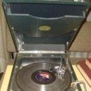 Gramófonos y gramolas: ANTIGUA GRAMOLA DE MALETA. MARCA COLUMBIA. C.1940. CON 4 DISCOS Y 10AGUJAS. Lote 37092809