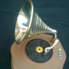 Gramófonos y gramolas: PEQUEÑA REPLICA DE GRAMOLA MUSICAL FUNCIONA A CUERDA.14X13CM. Lote 42322699