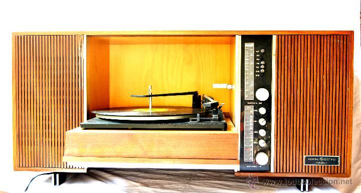 ANTIGUO MUEBLE TOCADISCOS O GRAMOFONO CON RADIO Y ALTAVOCES INCORPORADOS. AÑOS 60 (Radios, Gramófonos, Grabadoras y Otros - Gramófonos y Gramolas)