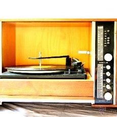Gramófonos y gramolas: ANTIGUO MUEBLE TOCADISCOS O GRAMOFONO CON RADIO Y ALTAVOCES INCORPORADOS. AÑOS 60. Lote 65944663