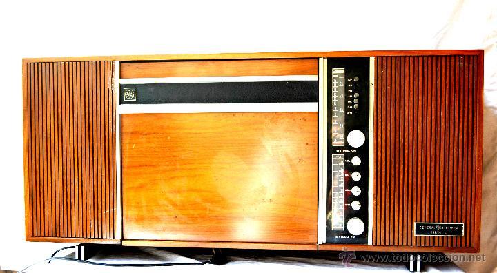 Gramófonos y gramolas: ANTIGUO MUEBLE TOCADISCOS O GRAMOFONO CON RADIO Y ALTAVOCES INCORPORADOS. AÑOS 60 - Foto 2 - 65944663