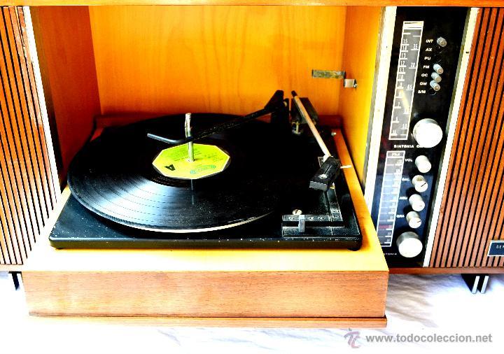 Gramófonos y gramolas: ANTIGUO MUEBLE TOCADISCOS O GRAMOFONO CON RADIO Y ALTAVOCES INCORPORADOS. AÑOS 60 - Foto 3 - 65944663
