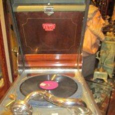 Gramófonos y gramolas: ANTIGUO GRAMÓFONO DE MALETA VICTORIA ROYAL ZATO. MEDIDA: 34 X 44,5 X 20 CMS. ALTURA.. Lote 44009669