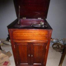 Gramófonos y gramolas: ANTIGUO GRAMOFONO O GRAMOLA DE GRAN SALON, CON MUEBLE DE MADERA CON MARQUETERIA . Lote 44906060