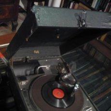 Gramófonos y gramolas: GRAMOLA, GRAMÓFONO O TOCADISCOS ANTIGUO PORTATIL, MARCA PATHÉ PARIS, EN PERFECTO FUNCIONAMENTO. Lote 49190015