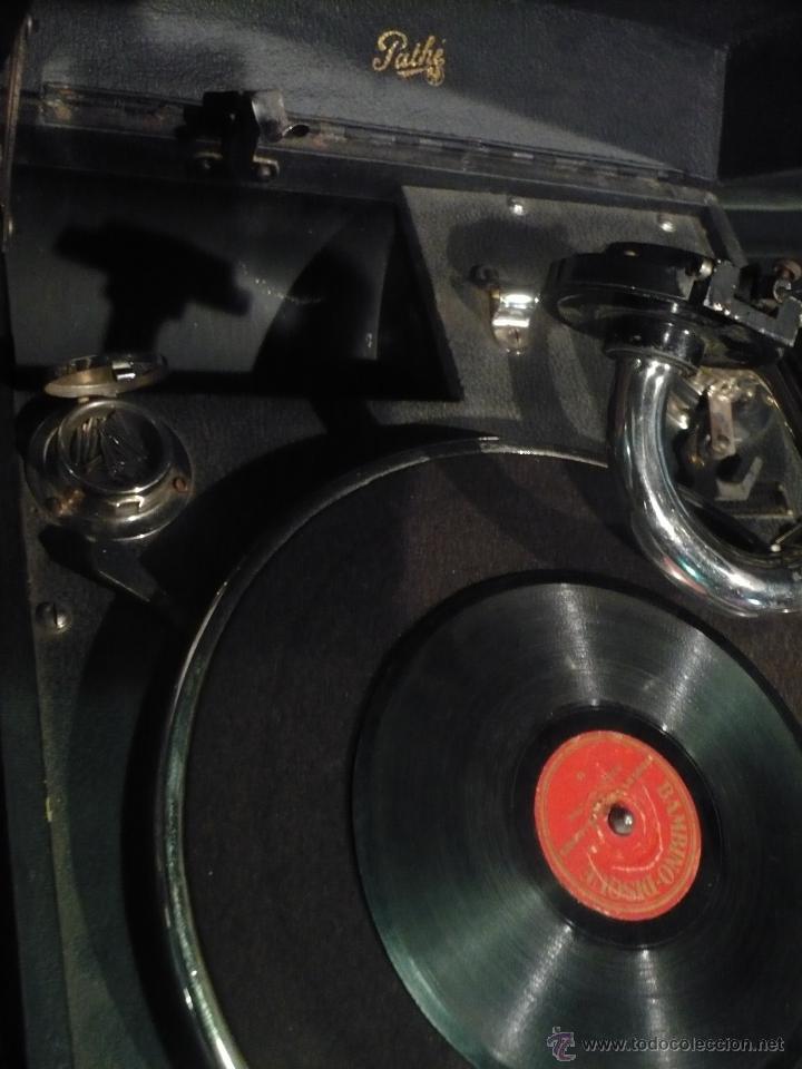 Gramófonos y gramolas: Gramola, Gramófono o tocadiscos antiguo portatil, marca Pathé Paris, en perfecto funcionamento - Foto 4 - 49190015