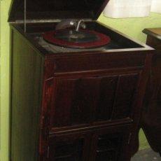 Gramófonos y gramolas: GRAMÓFONO CON MUEBLE RESTAURADO. Lote 51316539