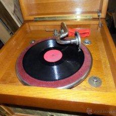 Gramófonos y gramolas: GRAMOFONO DE MUEBLE, FUNCIONANDO, BUEN ESTADO. Lote 52934478