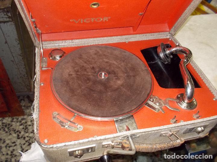 Gramófonos y gramolas: gramola de maleta victor funcionando - Foto 11 - 72885851