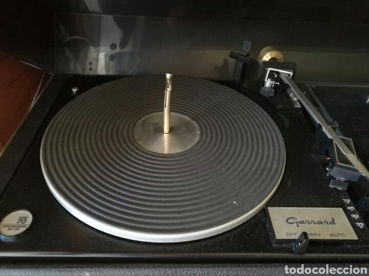 Gramófonos y gramolas: Gran tocadiscos antiguo funcionando - Foto 3 - 82450002