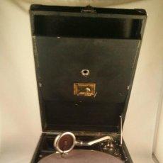 Gramófonos y gramolas: MUY ANTIGUO GRAMOFONO DE MALETA DE LA MARCA HIS MASTERS VOICE AÑOS 20/30 LA VOZ DE SU MAESTRO O AMO. Lote 83463532