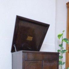 Gramófonos y gramolas: GRAMÓFONO GRAMOLA CON MUEBLE ALTO DE MADERA DE ROBLE, MARCA ELECTROLA, MODELO Nº 4, FUNCIONANDO.. Lote 85718680