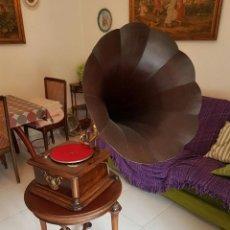 Gramófonos y gramolas: GRAMOFONO EL CONCIERTO CON MESA DE CEREZO DE DISCO PIZARRA Y TROMPETA DE MADERA MAS ALBUM 12 DISCOS. Lote 95113131