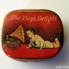 Gramófonos y gramolas: ANTIGUA CAJITA METALICA AGUJAS GRAMOFONO O GRAMOLA CAJA HOJA LATA ''THE BOY'S DELIGHT''. Lote 95814003