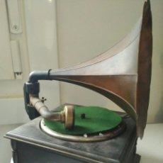 Gramófonos y gramolas: GRAMÓFONO GRAMOLA ELECTRICA A PILAS MUY DECORATIVA. Lote 98055783