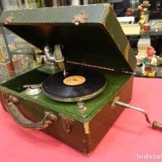 Gramófonos y gramolas: ANTIGUO GRAMÓFONO PORTATIL. FUNCIONANDO. ORIGINAL AÑOS 1920S. 30 X 24 X 12 CTMS.INCLUYE UN DISCO. Lote 103704631