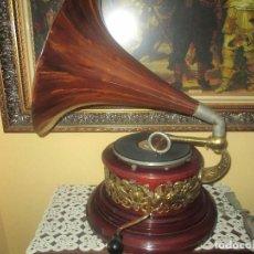 Gramófonos y gramolas: ORIGINAL Y RARO GRAMÓFONO, CON TROMPETA DE MADERA TALLADA A MANO Y 60 DISCOS DE PIEDRA. Lote 107425023