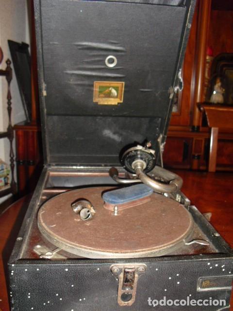 MALETA GRAMOLA,EN USO,EXTERIOR MALETA CON FALTAS,VER IMAGENES (Radios, Gramófonos, Grabadoras y Otros - Gramófonos y Gramolas)