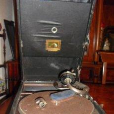 Gramófonos y gramolas: MALETA GRAMOLA,EN USO,EXTERIOR MALETA CON FALTAS,VER IMAGENES. Lote 108081495