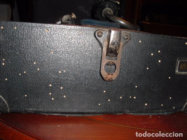Gramófonos y gramolas: MALETA GRAMOLA,EN USO,EXTERIOR MALETA CON FALTAS,VER IMAGENES - Foto 2 - 108081495