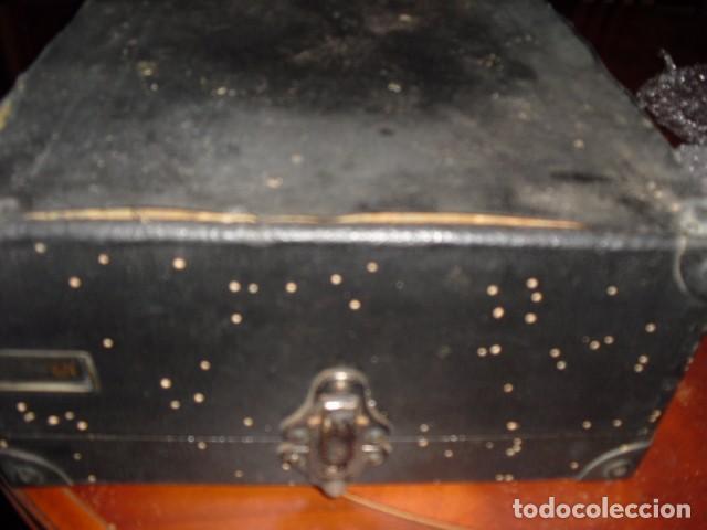 Gramófonos y gramolas: MALETA GRAMOLA,EN USO,EXTERIOR MALETA CON FALTAS,VER IMAGENES - Foto 17 - 108081495