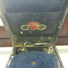 Gramófonos y gramolas: GRAMOFONO PORTATIL VICTORIA CON MECANISMO THORENS. Lote 108300006