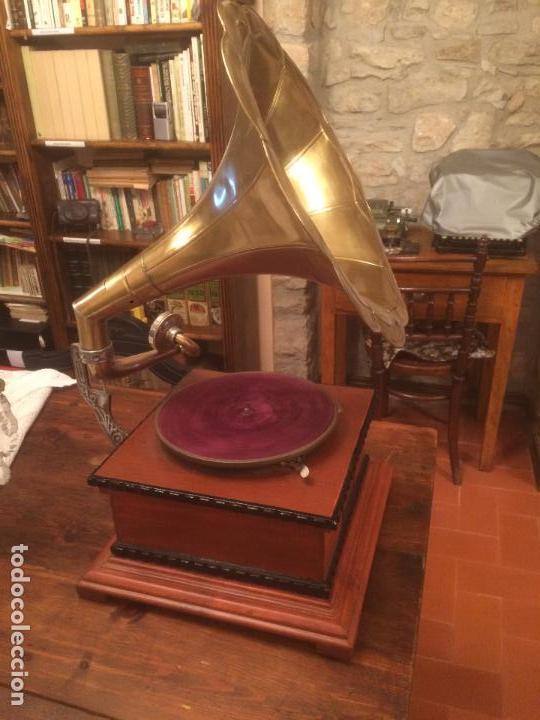 Gramófonos y gramolas: Antiguo gramofono la voz de su amo con trompeta de latón y caja color caoba principios de siglo - Foto 2 - 116097667