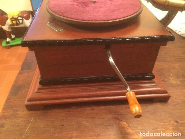 Gramófonos y gramolas: Antiguo gramofono la voz de su amo con trompeta de latón y caja color caoba principios de siglo - Foto 12 - 116097667