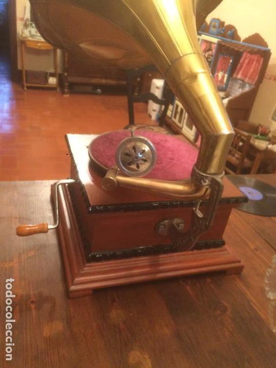 Gramófonos y gramolas: Antiguo gramofono la voz de su amo con trompeta de latón y caja color caoba principios de siglo - Foto 16 - 116097667
