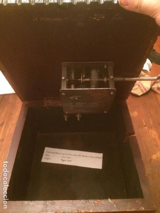 Gramófonos y gramolas: Antiguo gramofono la voz de su amo con trompeta de latón y caja color caoba principios de siglo - Foto 17 - 116097667