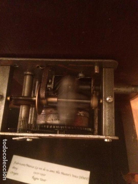 Gramófonos y gramolas: Antiguo gramofono la voz de su amo con trompeta de latón y caja color caoba principios de siglo - Foto 18 - 116097667