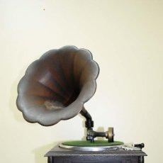 Gramófonos y gramolas: GRAMOLA SOBREMESA ESTILO ANTIGUO. Lote 121950575