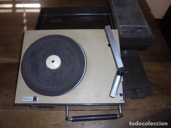 ANTIGUO TOCADISCOS RADIOLA. RED-PILAS RA 8110 T. TRAE CABLE PARA PONER EN LA RED. 40 X 21 X 8 CM (Radios, Gramófonos, Grabadoras y Otros - Gramófonos y Gramolas)